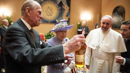 королева Елизавета подарила Папе Франциску бутылку шотландского виски